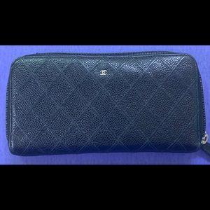Chanel Zippy wallet diamond stitch .. caviar